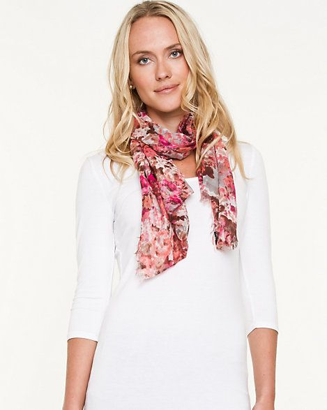 This fresh floral print brings a feminine appeal to the whole look. It looks great when it pairs with the white shirt.