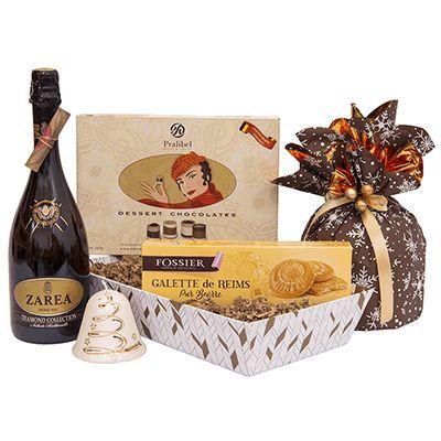 Cadou pentru Craciun A24. #Cadou pentru #Craciun contine #spumant demisec Zarea Diamond Collection, #panettone Granducale, #praline belgiene premium Lady Dessert Pralibel, #fursecuri Galette Saint Rémi Fossier Franța, lumânare clopoțel. Aceste produse de calitate vin asezate intr-o tava pentru cadouri cu design special, decorata cu o fundiță asortată. Cadoul cu aspect elegant este potrivit ca semn de apreciere pentru #angajati si parteneri de afaceri cu ocazia sarbatorilor de iarna.
