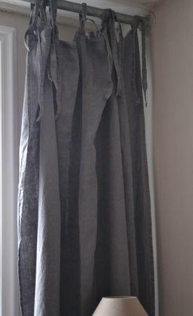 main product: Linnen gordijnen image 2       Linnen gordijnen    Artikel nummer:  C0548    Linnen gordijnen voor een mooie sobere look. Kleur is donker grijs. Met linten die aan de bovenkant zitten kunt u ze eenvoudig vastmaken aan een roede.  Merk MrsBloom. Per stuk. Ook in de kleur beige.