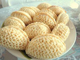 Bu aralar herşeyi nakşediyorum.  Tıpkı bu tatlı çörekler ve elimde yarım kalan bilmem kaçıncı çiniğnesi denemem gibi...     Bu çöreğin adı ...