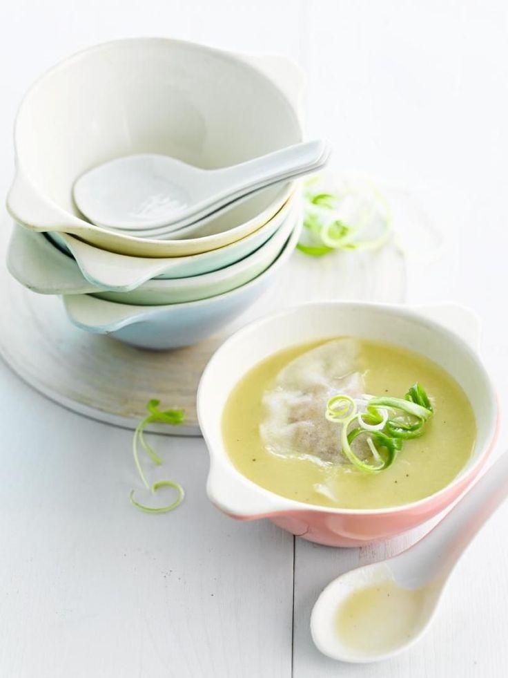 Bereiden: Schil de asperges van kop naar voet. Breek het harde gedeelte op 2 cm van de voet af. Kook de schillen en het harde gedeelte in de kippenbouillon. Zeef de bouillon na 20 minuten zachtjes koken. Snij de gepelde ui, de prei en de asperges in kleine stukjes. Stoof de groenten in de boter en strooi er de bloem op. Bevochtig met de bouillon en laat 30 minuten onder een deksel koken. Mix de soep en kijk de kruiding na.