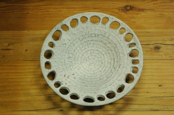 ろくろで形成した器に透かし模様をくり抜きました、土は黒土で、マット感のある白い釉薬が掛かってます。口径300mm 高60mm重さ 1.45kgひとつひとつ 手...|ハンドメイド、手作り、手仕事品の通販・販売・購入ならCreema。