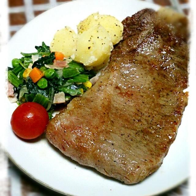 長男が進学!今週から寮生活がはじまりました! お祝いに地元、尾花沢牛のステーキを焼きました♪ 雪降り和牛として売り出している霜降りの高級肉です! 東北一の飼育数を誇る尾花沢の肉牛は同じ山形の米沢牛に負けず劣らずの肉牛です~ まだまだPR下手でなかなか知られていませんがみんなに食べて欲しいお肉で~す(^-^)/ - 64件のもぐもぐ - 地元*尾花沢牛のステーキ♪ by ユミ