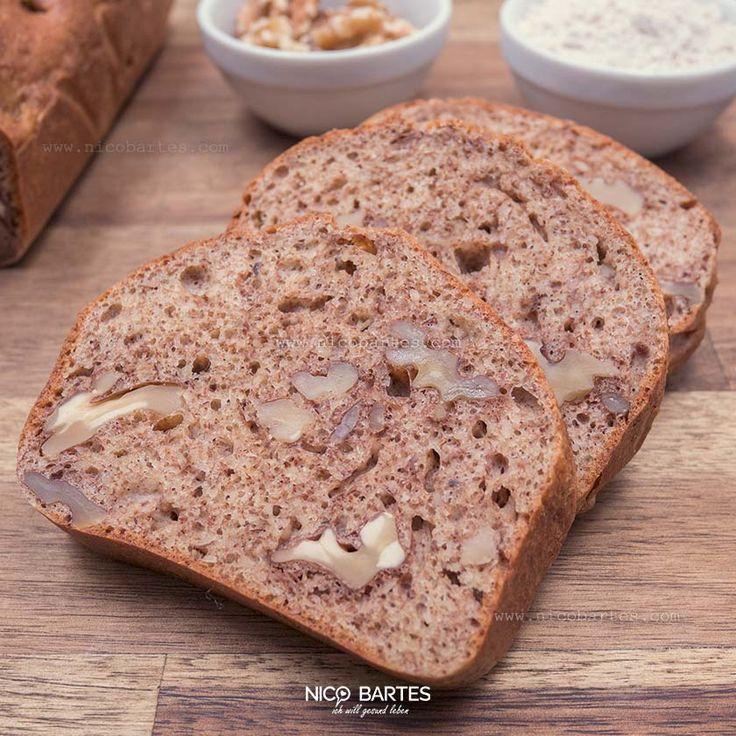 Das vermutlich gesundeste und leckerste Walnussbrot mit wenig Kohlenhydrate. Obwohl es sich bei diesem Rezept um kein astreines (100%) Low-Carb-Brot handelt, ist das Brot absolut figurschonend und schmeckt Groß und Klein! Noch einfacher und schneller geht's kaum. Mit dabei ist auch eine gesunde Portion Flohsamenschalen. Der hohe Ballaststoffgehalt der Flohsamenschalen beruhigt den Magen und wird auch häufig bei der Heilung von Durchfall-Erkrankungen und Verstopfungen verwendet. Dieses Rezept…