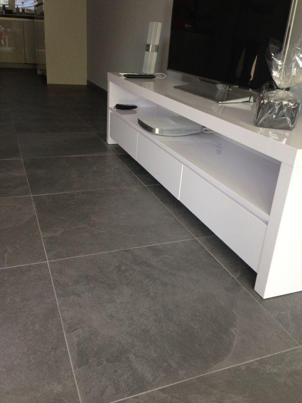 Keramische vloer leisteen look grijs mooi strak met wit via Van Dijk Tegels Dordrecht