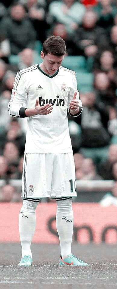 Mesut ozil du'a, making a quick prayer before the game :) Mashallah!