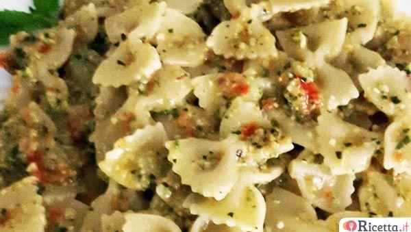 Un condimento molto estivo, con zucchine e podori secchi, veloce nella preparazione e ottimo anche con la pasta fredda!