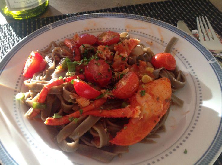 Zwarte tagliatelle met kreeft ins een zachte tomatensaus.  Saus: kleine cherrytomaatjes met olie peper en zout grillen ca 15 minuten. Ui fruiten met knoflook daarbij 5 ontvelde tomaten en een beetje tomatensaus. Afblussen met een flinke scheut witte wijn, lekker laten smoren.  De gekookte kreeft in stukken snijden, rug doormidden knippen, darmkanaal eruit halen en de kop ervan af. De stukken en poten in de saus mee verwarmen.  De saus met de tomaatjes serveren op de pasta en smullen!