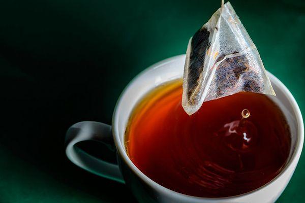 【科学者が勧めるおいしい紅茶の淹れ方】1. (水ではなく)温かいお湯をカップに注ぎ、ティーバッグを入れる。2. 電子レンジ(300w程度)で30秒温める。3. 1分間そのまま待つ。 紅茶だけでなく緑茶やハーブティーでもできる。※ティーバッグのホッチキスははずす。加熱は危険