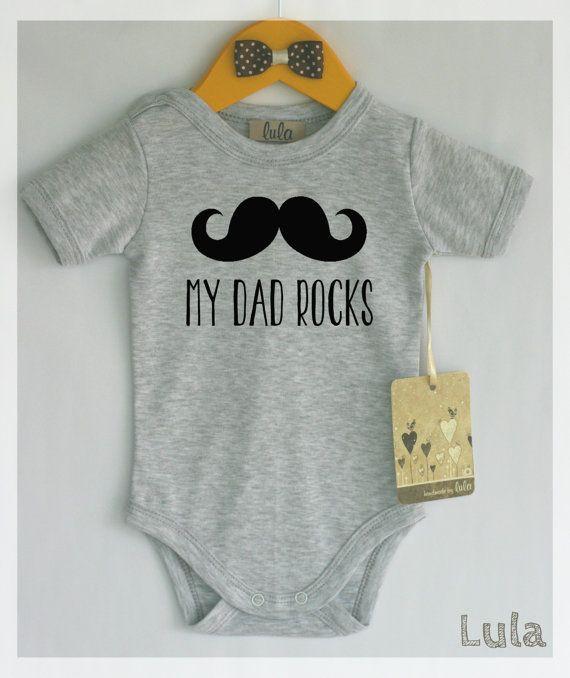 Mein Vater rockt Babykleidung. Entzückender Babyspielanzug mit Schnurrbartdruck. Moderne Babykleidung, viele Farben erhältlich – bryson lee baucum