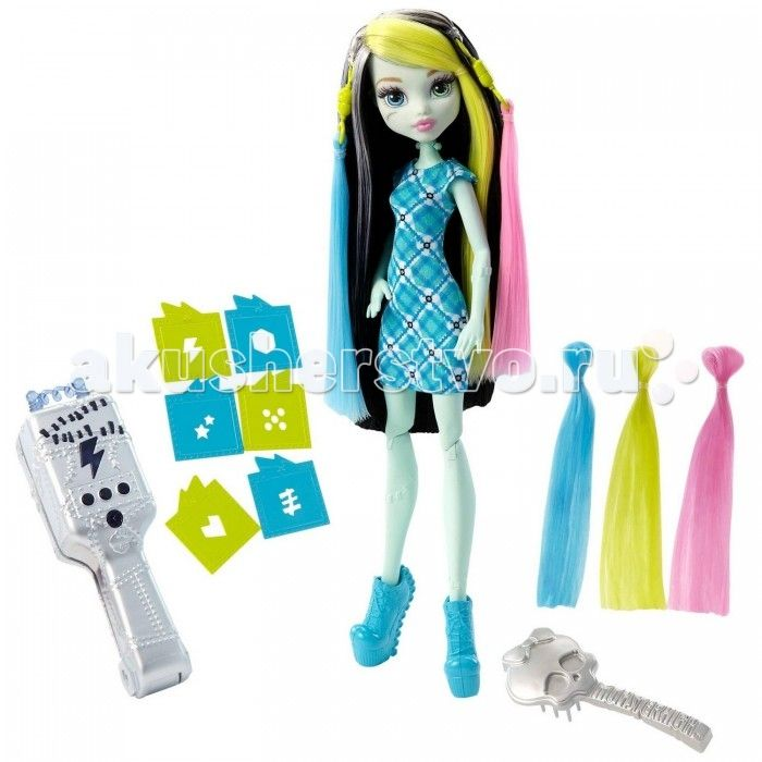 Monster High Игровой набор Стильная прическа Фрэнки  Игровой набор «Стильная прическа Фрэнки» включает в себя куклу с ультрафиолетовыми щипцами.   Кукла одета в прямое короткое платье в сине-зеленую клетку. Ноги обуты в голубые туфли на высокой платформе.   Черные волосы куклы имеют белые и розовые пряди. С помощью специальной серой расчески в виде черепа, волосы можно расчесывать.   В набор также включены пряди желтого и голубого цветов, которые присоединяются к голове при помощи…