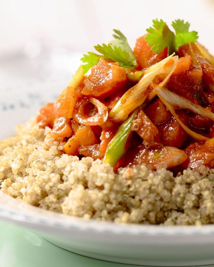 Een vegetarisch stoofpotje, met wortel, pompoen en véél kruiden. Serveer met heerlijk voedzame quinoa, en je hebt een top gezonde maaltijd.