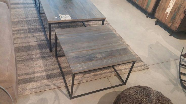שולחן מחבני עם רגלי מתכת דקות ומשטח עץ אלון טבעי למעלה