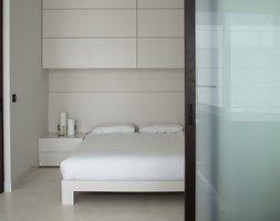 Zabudowa sypialni w przestrzeni open space - zdjęcie od STUDIO.O. organic design