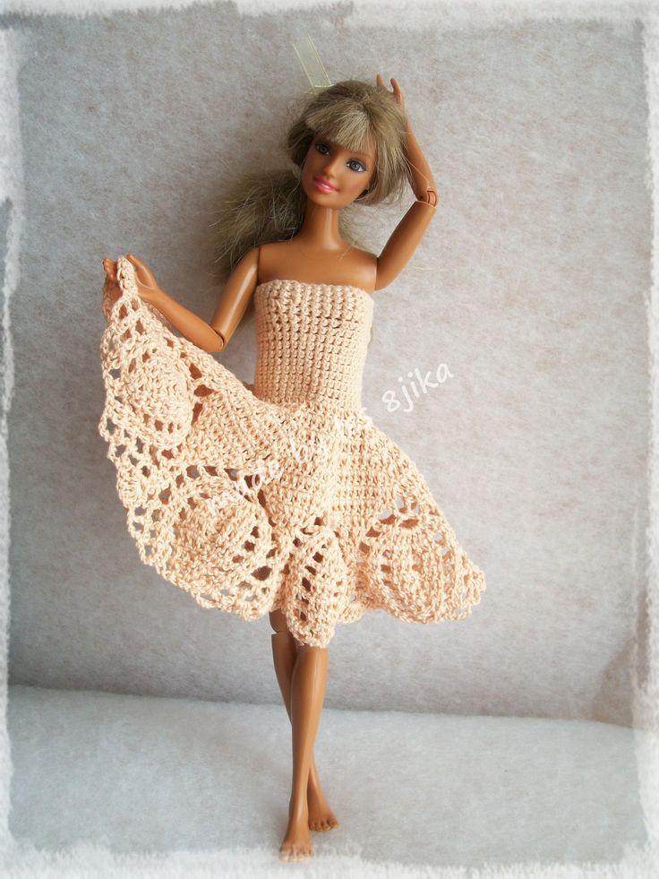 Ma Barbie fétiche est fière de vous présenter sa nouvelle robe.. Bonjour et bienvenue, Toujours dans la collection facile à enfiler, sans coutures ni boutons, je vous présente un modèle remis au goût du jour Je l'ai réalisée au coton mercerisé avec un...