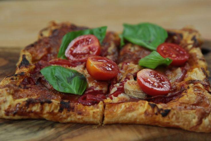 Milföy kare pizza tarifi, hem pratik hem de çok lezzetli. En sevdiğiniz dizinin en heyecanlı bölümü için bundan iyisi düşünülemezdi!