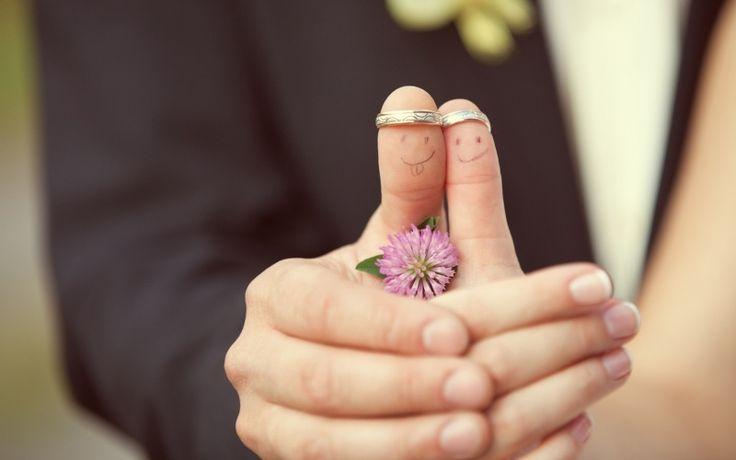 Süße Idee für Hochzeitsfotos des Brautpaars mit den Eheringen