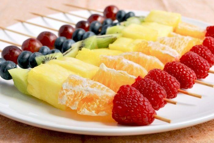 Anniversaire arc en ciel : brochettes de fruits