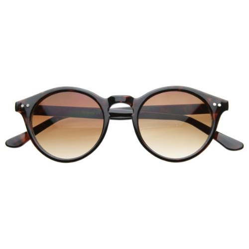 Vintage inspired round p3 wayfarer that features horned rim , metal shaped rivets on the temples and a key hole nose bridge. Made with an acetate based frame, metal hinges and polycarbonate UV protected lenses.