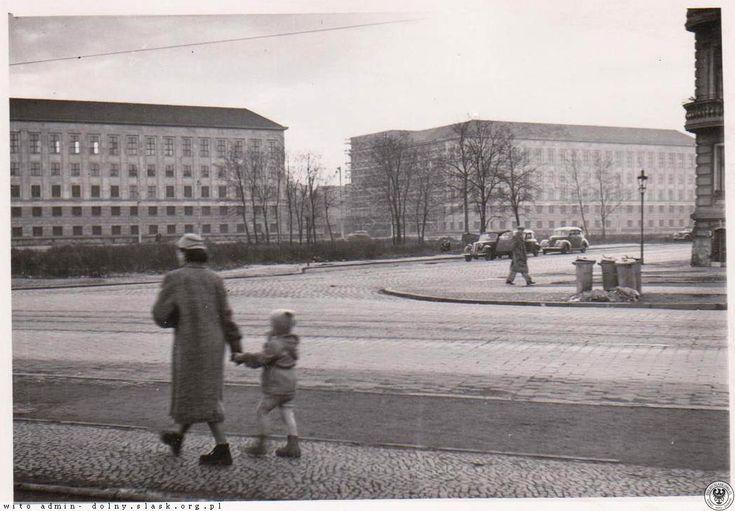 Budynki D-1 i D-2 na ukończeniu. Widok ze skrzyżowania ul. Szczytnickiej z pl.Grunwaldzkim.Lata 1953-1954