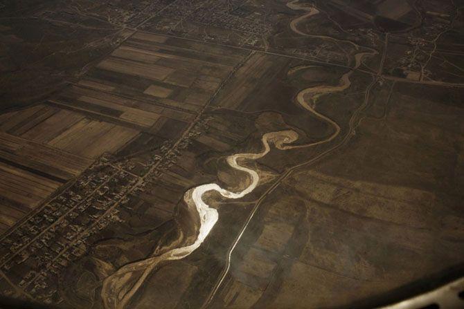 Сырдарья, оросительный канал и хлопковые поля, Узбекистан. Фото  Кэролин Дрейк (Carolyn Drake)
