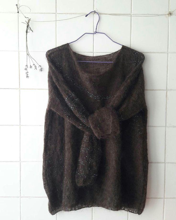 Finísimo jersey hecho a mano de pelo de cabra de color chocolate con unas cuentas añadidas al hilo de color turquesa