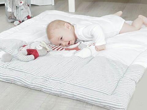 Bébé s'amuse comme un grand sur notre tapis de parc Nez Rouge