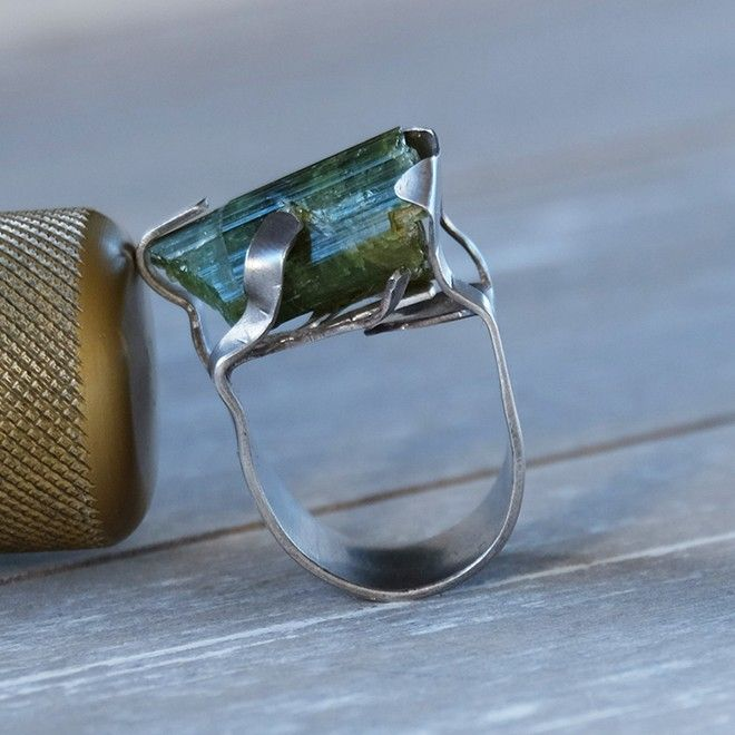 Silver and green tourmaline ring: cold connections ring  Anello in argento con frammento di tormalina verde