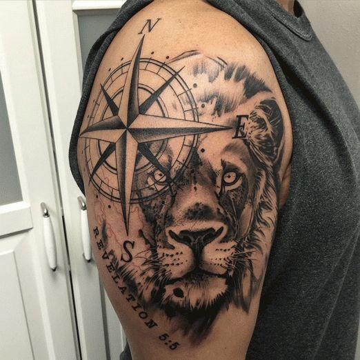Grand tatouage boussole et tête de lion https://tattoo.egrafla.fr/2016/01/14/modele-tatouage-boussole-rose-des-vents/