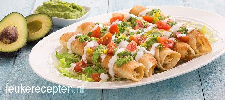 Krokant gefrituurde tortilla's met kip en een dressing van zure room, chilisaus en zelfgemaakte avocadosaus