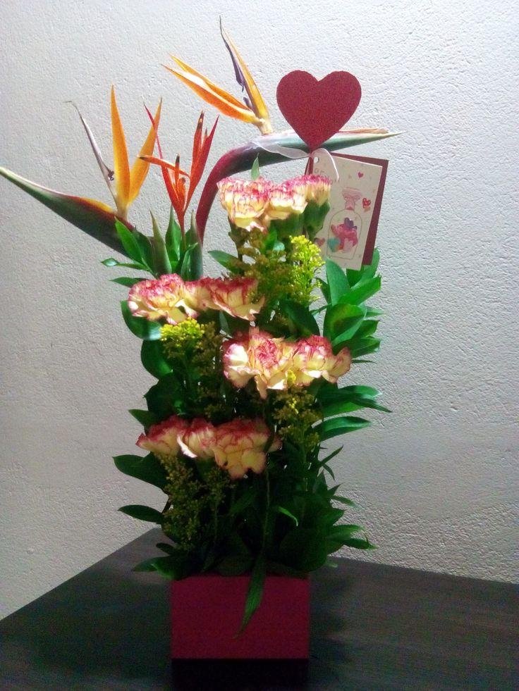 Arreglos florales, claveles amarillo naranja, ave del paraíso, solidago, rusco.