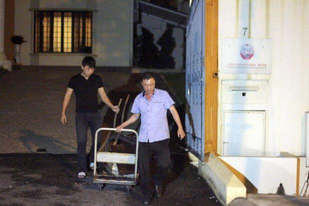 Kaunselor Kedutaan Korea Utara di Malaysia berang wartawan ambil gambarnya ketika buang sampah kakitangan kedutaan pula cuba rampas telefon bimbit wartawan   Kaunselor Kedutaan Korea Utara di Malaysia Kim Yu-Song berang dengan tindakan wartawan yang merakam gambarnya membuang sampah di hadapan premis kedutaan itu di sini malam Selasa.  Kaunselor Kedutaan Korea Utara di Malaysia berang wartawan ambil gambarnya ketika buang sampah kakitangan kedutaan pula cuba rampas telefon bimbit wartawan…