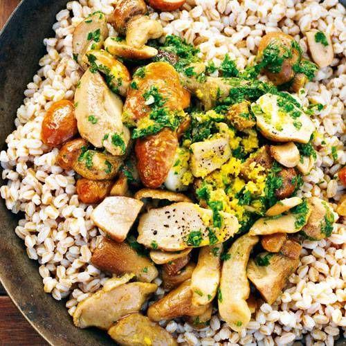Das ultimative Herbstgericht: Dinkel mit frischen Steinpilzen. Anstelle von Steinpilzen könnt ihr natürlich auch andere Pilzarten wie Kräuterseitlinge oder Shiitake ausprobieren.