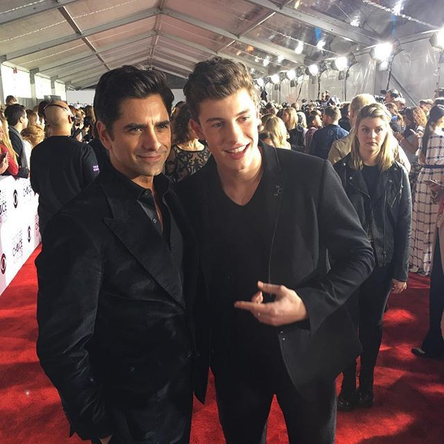 Pin for Later: Les Hommes les Plus Sexy d'Hollywood Se Sont Tous Rendu aux People's Choice Awards 2016 John Stamos et Shawn Mendes