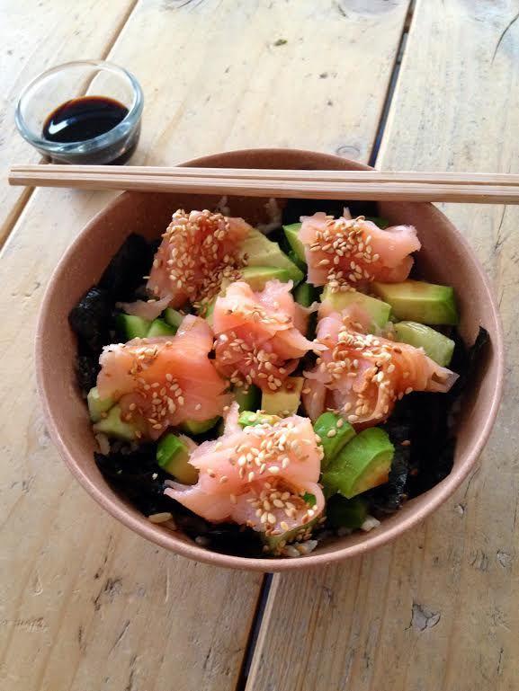 """4x gezonde sushi. Sushi je kan me er bijna 's nachts voor wakker maken. Ik vind het echt zo ontzettend lekker en dan wel de hapjes met rauwe vis en zeewier. Helaas zijn deze gemaakt van witte rijst en wordt hier suiker aan toegevoegd. Het is echt geen doodzonde om dit een keer te eten maar om het nu wekelijks op het menu te zetten is geen goed idee. Ik ga daarom vaak zelf aan de slag om sushi te maken en laat dan de witte rijst en de suiker weg. Hieronder mijn favoriete """"gezonde"""" sushi…"""
