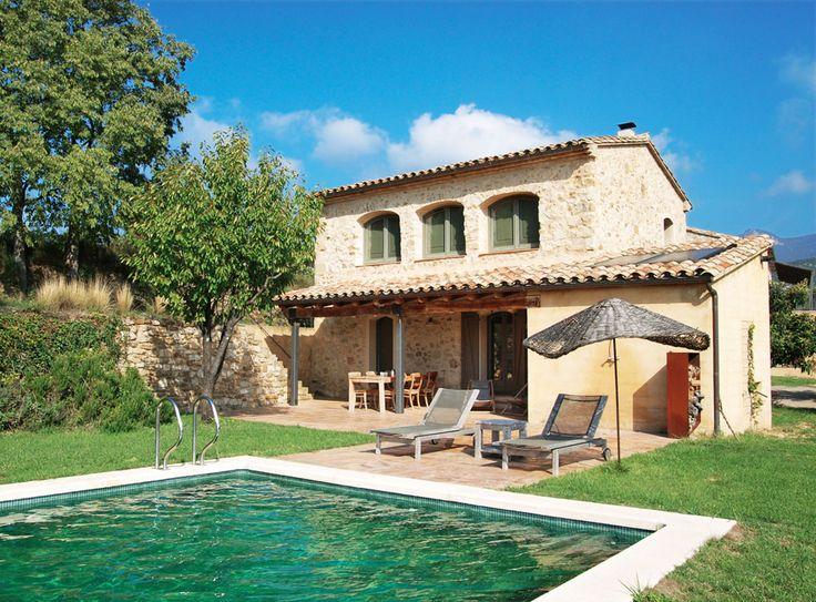 La Cabaña op het landgoed Can Terrades heeft een mooie en rustige locatie in het noorden van Spanje aan de voet van de Spaanse Pyreneeën en binnen 45 minuten ligt u op het strand in idyllische baaitjes aan de Middellandse Zee. Het is omgeven door weelderig begroeide bergen, groene valleien en een wijngaard. Na de vondst van wijnvaten en een pers in de kelder werd de interesse geboren bij de eigenaren om zelf wijn te gaan produceren.