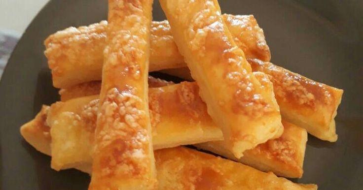 """Mennyei """"Vizes"""" sajtos rúd recept! Mennyei puha, ízletes, sajtos harapnivaló, egy baja van, hogy nem sül olyan gyorsan, mint ahogyan fogy.😁"""