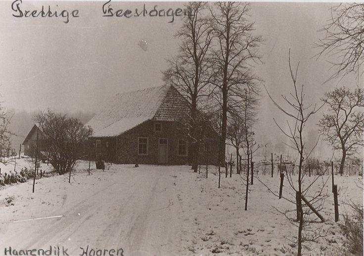 Besneeuwde landweg met boerderij aan de Haarendijk in Haaren: 'Prettige feestdagen'