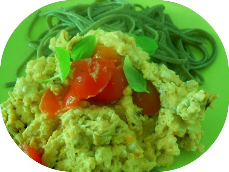 Linguini de pesto com ovos mexidos e tomate cherry