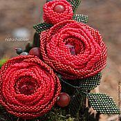 Купить или заказать Брошь цветок из бисера, бордовая роза (0394) в интернет-магазине на Ярмарке Мастеров. Брошь в виде цветка розы бордового цвета, выполнена из японского и чешского бисера. В центре кристалл Сваровски, на изнанке натуральная кожа светлого нейтрального цвета. Размер броши - 11 см по листьям, 6 см диаметр цветка. Доставка почтой бесплатно.