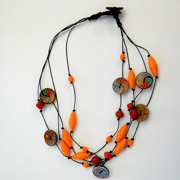 Collana '' Zulu '' realizzata a mano con perline in carta e bottoni