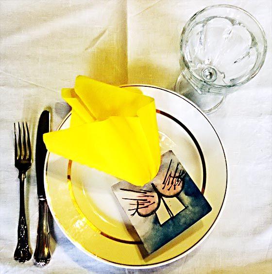Jokaiselle oma pääsiäsipupuinen nenänaamari servetin kera katettuna lautaselle..