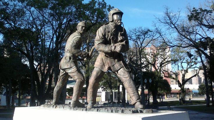 Monumento em homenagem ao Corpo de Bombeiros do Paraná, localizado na Praça Rui Barbosa. #curitiba