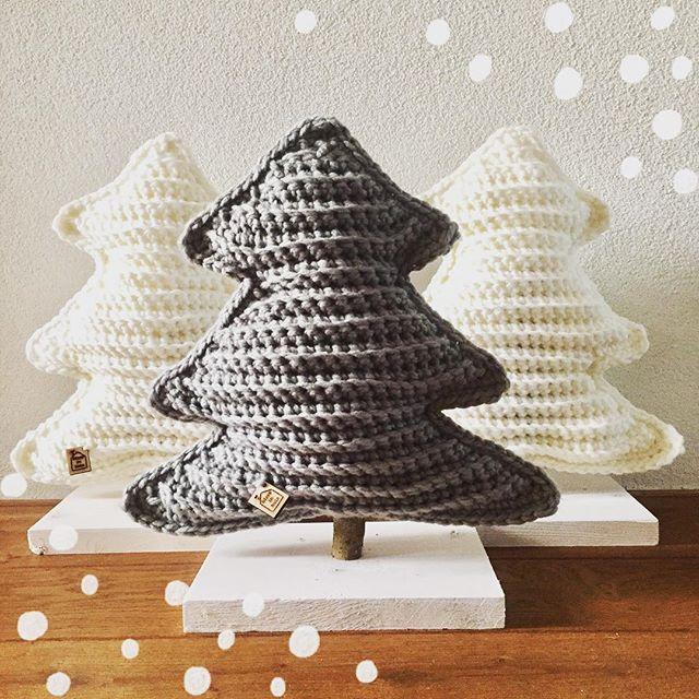 De eerste stoere, gehaakte kerstbomen zijn klaar en gaan naar een nieuw huisje. Deze bomen worden speciaal op bestelling voor je gehaakt. €17,50 per stuk Ze zijn ca 45 cm hoog en 35 cm breed. #hipppinhuis #hippp #xmas #crochet #stoer #instadeco