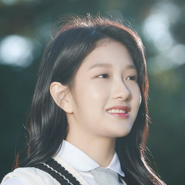Lee Seoyeon (이서연) | Fromis 9 - and Miss 5 of 9.  Only 4 more to go.  Phew! tiring work all this typing.   Fromis derives from 'FROM I(dol) S(chool) - see it is as easy as that.  Can't think why they chosen 9 though.  AMx