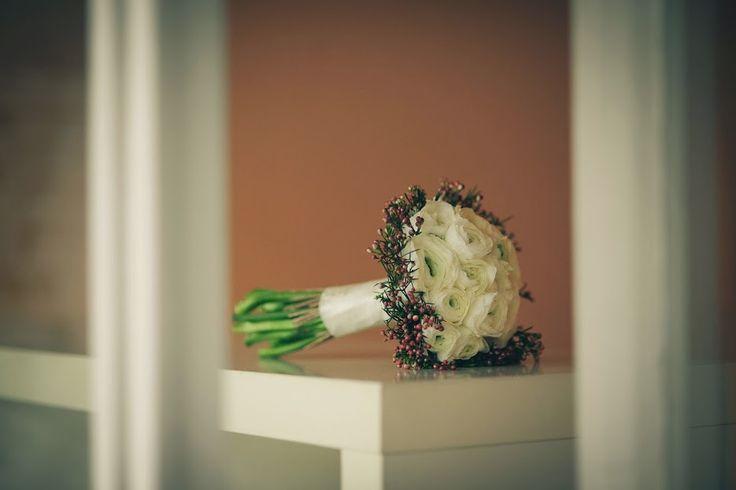 Bouquet de novia de ranunculos blancos | Ramo de novia a tallo visto semiesferico con ranunculos y con una corona de frutos de la flor de cera ,que lo cierra ,para boda en Barcelona #lafloreria #bouquet #ramos #floresmaquillaje #barcelona #novias #bodas #weddings #bridalbouquet #bridals ♥ ♥ La Floreria Barcelona ♥ ♥ para descubrir nuestras creaciones visita nuestra Web: www.lafloreria.net/ La Florería: Google+La Florería: Google+La Florería: Google+