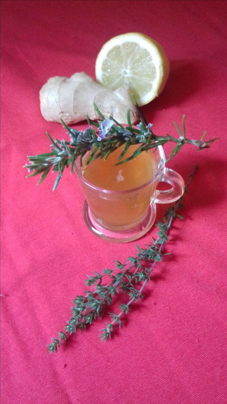 Bonjour à tous,je vous propose cette recette de tisane pour rester en forme cet hiver.3 tasses par jour. infuser 10 à 15 minutes. Prenez soin de vous ! Pour 1 litre d'eau: 5g de citron bio 5g de gingembre 5g de romarin  5g de thym 3 c à s de miel Les propriétés: Le thym est un antibiotique naturel,il est antiseptique,c'est un bon antioxydant et facilite la digestion,idéal contre le rhum,bronchite... Le romarin combat la fatigue,soulage les problèmes respiratoires,renforce l'organisme