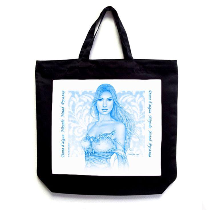 La imagen de la náyade original, impresa en sugestivo color azul, en una bolsa de poliéster negra es un contraste muy vistoso.