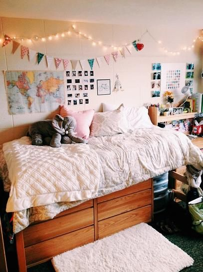 25 Of The Most Well Designed Dorm Rooms Perfect For Decor Inspiration Stylecaster I Love Christmas Lights And Color Scheme