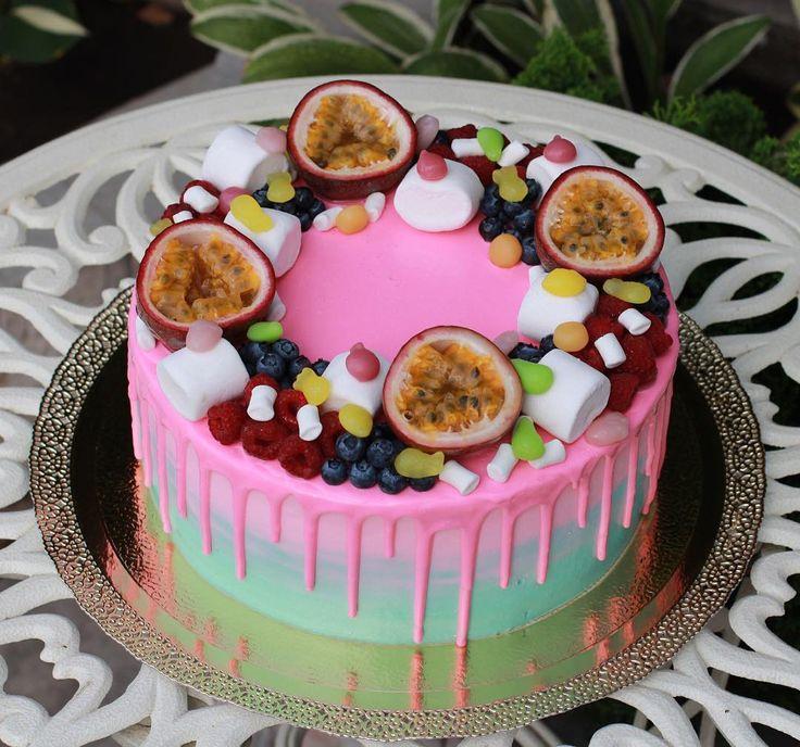 Бисквит ванильный, крем на основе сыра маскарпоне, внутри малина, ананасы и бананы, 4,2 кг.